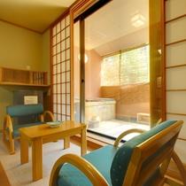 客室の窓より北向観音を眺めながら桧の露天風呂などいかがですか。