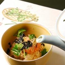 土鍋で炊いたお米にピリッと辛い明太子と香り豊かな胡麻にだし汁をかけていただくお茶漬け。