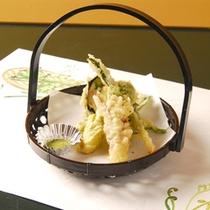 地元で採れた新鮮な山菜を天ぷら。抹茶塩を添えて・・・。