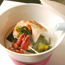 新鮮な食材を食べる直前に蒸していただくお料理。ヘルシーで食材の甘みが凝縮。