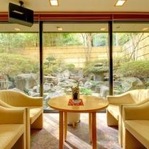 大きな窓からは四季折々の景観が愉しめます。旅の余韻に浸りながら淹れたての珈琲いかがですか?