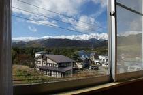 浴室横の窓から栂池高原スキー場とアルプス連峰