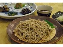 夕食では手打ちの十割蕎麦と地場野菜の料理が人気。その他 魚、肉料理が付いた和洋創作料理です