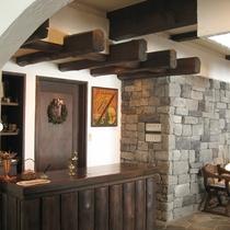 フロントロビーフロアの床は鉄平石を敷き詰め床暖房を施してあります。