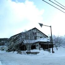 *【外観(冬)】ゲレンデの中にある当館。リフト乗り場まで、徒歩30秒!
