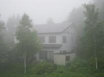 霧の中のロッジやまぼうし