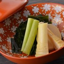季節の煮物。春は味がよくしみこんだふきとタケノコ。好評です。