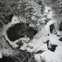 冬は滝も凍ります。竜頭の滝