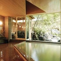 広々女性大浴場。外の緑を楽しみながらゆっくりお過ごしください。