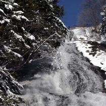 冬の湯滝。迫力満点。真近でご覧ください!