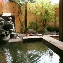貸切露天風呂 岩と木々をあしらった日本庭園風