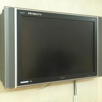ロビーの大型液晶テレビ