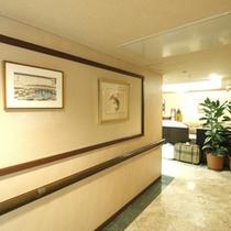 ホテル廊下には数々の作品が展示されています。