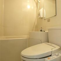 従来タイプのバスルームは、やや小さ目ですが清潔にしております。トイレはウォシュレット。