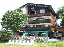 木と石を基調にした本格的リゾートホテル