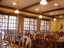 木目調で落ち着いた雰囲気の食堂