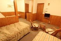 4人部屋。全室トイレ&洗面台つき。ベッド4つとちょっとしたリビングスペースもあります。