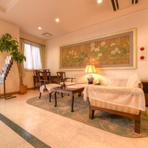 *ロビー/イタリアのアンティーク家具に腰かけて、気分もちょっぴり優雅に。ごゆっくりお寛ぎ下さい。