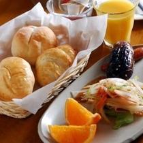 【朝食】朝食は手作りの焼きたてのパンを お召し上がり下さい。