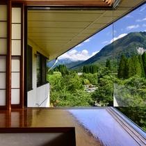 【笠ヶ岳展望本館和室】窓からは笠ヶ岳や迫りくるアルプス、眼下には日本庭園