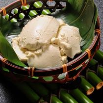 大豆の香りと濃厚な美味しさ。毎朝作り立ての自家製豆腐。