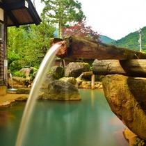 【大露天風呂・山伏の湯】4本の木筒からダイナミックに温泉が流れる。源泉かけ流し