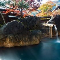 秋の【大露天風呂・山伏の湯】。紅葉の紅葉を奥飛騨の山々を眺める。