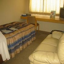 シングルルーム(一例)全室にシャンプー、リンス、歯ブラシ、髭剃り、タオル類、をご用意しております