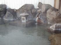 男性専用露天風呂(湯の落としアップ)