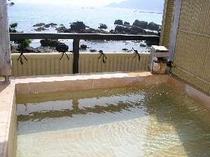 露天風呂からは今井浜海岸を一望し夜は漁火や爪木崎の灯台の灯りも望めます
