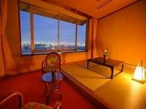 お部屋は8畳+4.5畳の和室に次の間タイプの開放感あるお部屋。贅沢な夜景を独り占めで出来る眺望指定♪