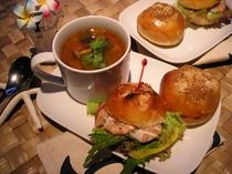 焼きたてパンの人気の海老バーガーはオリジナルソースで