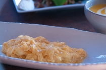 朝食のスクランブルエッグ、新鮮卵と生クリームでふっくら