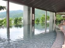 【雲海:男性浴場】高い天井と大きな窓が特徴の開放感溢れる大浴場