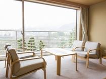 【ハイグレード:和洋室】広縁にはソファーセットを配しており、大きな窓からは有馬の山々が一望できます