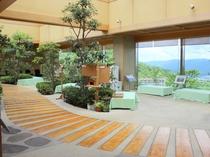 【雲海:湯上がりホール】お風呂上りにちょっと休憩。まくら木が埋め込まれた床の優しい感触が味わえます