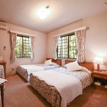 *【客室一例(ツインルーム)】優しいカントリー調の洋室となっております。