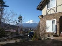 朝の外観と富士山