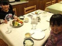 姉妹そろって仲良く食事♪