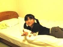 お部屋のベッドでひとやすみ♪
