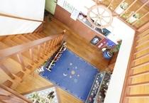 2階から見下ろした吹き抜けの玄関。大きな舵がお出迎え♪