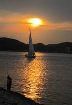 【夏景色】海に沈む夕陽とヨット
