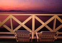 夕陽が見えるデッキ。椅子からのんびり眺めてください♪