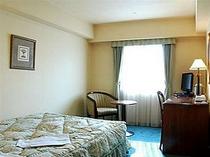 ■客室:シングルルームのベッドはゆったりワイドサイズ