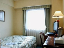 ■客室:シングルルームのベッドはワイドサイズ