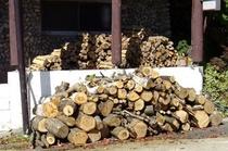 暖炉にくべる薪
