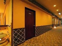 城下町をイメージした瓦やなまこ壁がすてきな廊下