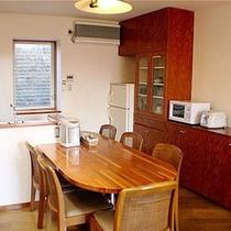 *客室一例/広々!ダイニングキッチン。みんなでわいわい料理するのも楽しいですね。