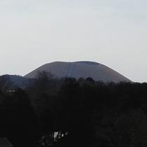 *【大室山山焼き】①焼かれる前の大室山の様子。全山枯れたススキで覆われています。