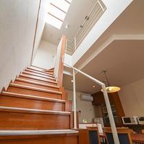*【客室一例】2階に続く階段上の天窓から自然の光が射し込みます。